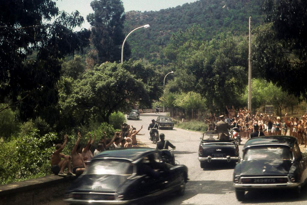 le samedi 15 Août 1964 Le Général de Gaulle, à bord de sa Simca Chambord immatriculée 5 PR 75, Pramousquier au Rayol Canadel